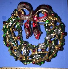 Vintage Gold Tone Christmas Wreath Pin - Excellent Used Condition!  | eBay