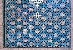 Изображение ИРА 0527 показывая украшенные область от Масджид-и-Джами, в Исфахане, Иран, показывая геометрический узор, используя керамическую плитку, мозаику или глиняную посуду.