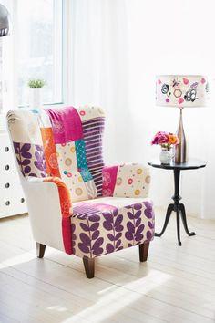 fauteuil patchwork, intérieur blanc et chaise déco vintage