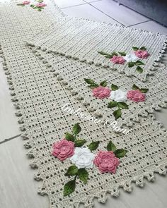 No automatic alt text available. Crochet Doily Rug, Crochet Rug Patterns, Crochet Table Runner, Crochet Tablecloth, Crochet Gifts, Filet Crochet, Crochet Flowers, Crochet Stitches, Craft Patterns