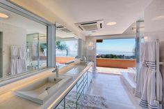 Os grandes espelhos das bancadas, com fitas de LEDs em toda a extensão, duplicam uma das melhores propostas da morada: aproveitar a vista do Guaíba:imagem 6