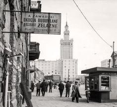 Plac Grzybowski przez wiele lat nosił ślady walk w powstaniu warszawskim. Na zdjęciu widok od strony ulicy Próżnej w kierunku Pałacu Kultury i Nauki, 1961 rok.