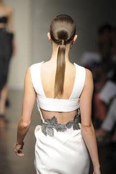Ponytails: el hairstyle favorito para esta primavera Gianfranco Ferré  http://www.glamour.mx/articulos/la-cola-de-caballo-el-hairstyle-favorito-para-un-picnic/1427