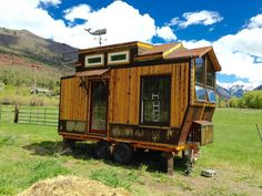 Cette tiny house sur roues unique en son genre a été construite par Jeremy Matlock résident dans le Colorado, Usa