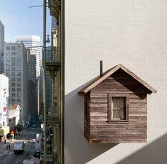 A San Francisco, l'artiste new-yorkais Mark Reigelman est venu greffer une petite cabane de bois sur une façade nue et vierge, entre deux immeubles. Fixée sur le côté de l'Hotel Des Arts, surplombant le restaurant « Le Central », la construction initie une réflexion sur l'utilisation des espaces délaissés et inutilisés au coeur de la ville.