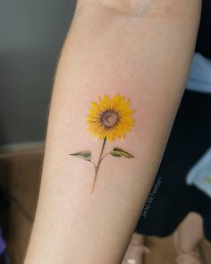 Tatuagem criada por Jacke Michaelsen (jackemichaelsen) de Curitiba. Girassol colorido, e delicado no braço. Weird Tattoos, Love Tattoos, Body Art Tattoos, Small Tattoos, Tattoos For Women, Sunflower Tattoo On Wrist, Watercolor Sunflower Tattoo, Sunflower Tattoos, Mommy Tattoos