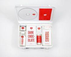 Melanie Chernock a imaginé un kit de survie « Love Hurts Packaging », contenant tous les éléments nécessaires pour se remettre d'une rupture amoureuse. Avec une identité visuelle simple et réussie, découvrez ce projet contenant des mouchoirs, du chocolat ou encore de la vodka dans la suite en images http://www.fubiz.net/2013/05/23/love-hurts-packaging/