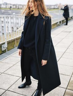 Classy but casual navy street outfit: long navy coat, loose cut blouse, slim cut pants / trousers and brogues.