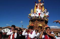 Fiéis desfilam pela cidade ao lado de estátuas de imagens católicas no Corpus Christi de Cusco (Peru)