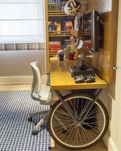 Mesa com rodas de bicicleta! Moderno, lindo e amarelo!!  . Imagem retirada do Pinterest.  #decoração #decor #decoration #ideia #ideias #art #arte #diy #tutorial #artesanato #reciclagem #design #designdeinteriores #arquitetura #casa #home #instalike #like4like #love #quarto #quartoinfantil #sala #escritorio #criatividade #creative #inspiração #inspiration