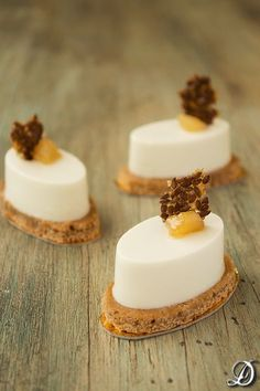 Gorgonzola mousse with pears and gingerbread Beautiful Desserts, Fancy Desserts, Finger Food Appetizers, Fancy Appetizers, Snacks Für Party, Small Cake, Mini Cakes, Plated Desserts, Mousse