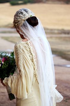 Verónica con vestido de Marcela Mansergas en terciopelo antiguo
