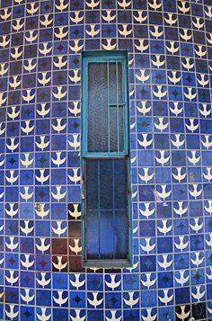 Tiles - Painel de azulejos,ATHOS BULCÃO  Entrequadras 307/308 Sul, Igrejinha Nossa Senhora de Fátima, 1957. Foto: Ricardo Padue