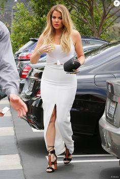 Khloé Kardashian, sexy et tout de blanc vêtue pour un déjeuner en famille au restaurant Jinky's Kanan Cafe à Agoura Hills. Los Angeles, le 21 juillet 2015.