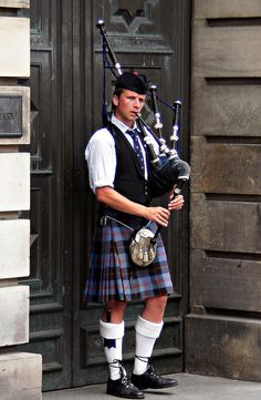 High Street, Edinburgh, Scotland.......these pipers really are everywhere :)
