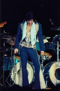 Elvis on stage in march 1976 in Johnson city.