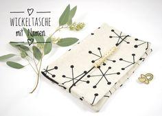 Schöne und praktische Wickeltasche individuell mit Namen.   Die Wickeltasche beinhaltet:   1 großes Fach für Windeln 1 großes Fach mit Öffnung für Feuchttücher 3 kleine Fächer für Cremes und...