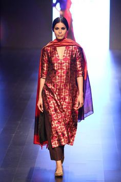 Payal Khandwala at Lakmé Fashion Week winter/festive 2016 Pakistani Dress Design, Pakistani Dresses, Indian Dresses, Indian Outfits, Indian Attire, Indian Ethnic Wear, Indian Kurta, Ethnic Fashion, Indian Fashion