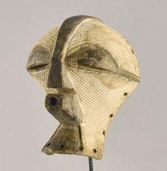 Les Songye ont créé ces masques parmi les plus impressionnants de l'art de l'Afrique noire. Les masques Kifwebe masculins sont de véritables sculptures modernes à l'architecture très audacieuse, aux formes et volumes exubérants. Ils nous évoquent instantanément le Cubisme. Caractéristiques: TYPE D'OBJET: Masque. ETHNIE: Songye - Basongye. ORIGINE: République Démocratique du Congo. (Ex Congo Belge, ex Zaïre). MATÉRIAU: Bois. DIMENSIONS: Hauteur 14 cm ETAT: Correct Statues, Art Tribal, Art Premier, African Art, Skull, Ebay, Belgian Congo, Modern Sculpture, Impressionism
