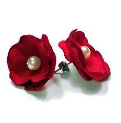 Brincos de flores de tecido: Com tecido de seda, cetim, organza, algodão ou qualquer outro da sua preferência, crie flores apenas cortando rodelas Textile Jewelry, Fabric Jewelry, Beaded Jewelry, Fabric Earrings, Diy Earrings, Stud Earrings, Rose Earrings, Cute Jewelry, Jewelry Crafts