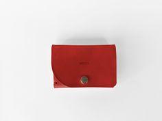 Cartera-billetera realizada en piel de vaqueta color rojo.