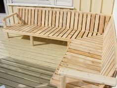 Pallet Outdoor Furniture Outdoor Sofa Made From Pallet Wood - How to design an outdoor sofa and get the ergonomics right for maximum comfort. I made this one out of pallet wood and regular carpentry skills, but you could e… Pallet Lounge, Diy Pallet Sofa, Diy Pallet Furniture, Diy Pallet Projects, Pallet Ideas, Wood Ideas, Furniture From Pallets, Skid Furniture, Furniture Ideas