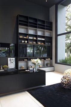Com pé direito duplo, a biblioteca imponente cria um ambiente com lounge que tem como destaque a aplicação da textura Moon, assinada por Pedro Lourenço.
