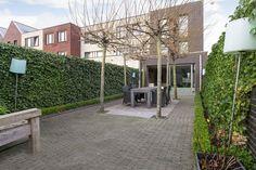 Deze mooi ingedeelde en strak vormgegeven hoekwoning ligt in een leuke, autoluwe straat in de jonge wijk Schuytgraaf. Achter de imposante donkergrijze gevel gaan onder meer een grote leefkeuken, een lichte woonkamer en vier slaapkamers schuil. Het da