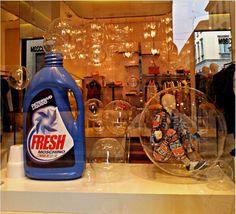 Mille bolle blu. Una vetrina che sa di fresco bucato. (Negozio: Moschino – Via della spiga, Milano)