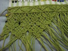 Summer has finally arrived where I live and it reminds me that I was going to make myself a Macramé Summer Bag . Macrame Curtain, Macrame Bag, Macrame Knots, Macrame Jewelry, Macrame Bracelets, Macrame Projects, Crochet Projects, Micro Macramé, Macrame Patterns