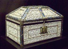 Arqueta de Palencia,asi le llaman a esta pieza del arte mozarabe Abderraman ben Zeiyan,de madera  marfil,cobre y esmalte,siglo XI  Museo Arqueologico de Madrid