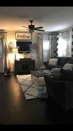 When homeowners invite guests and company into their home typically the first thing that visitors see is the living room, or family room, of the house. Unless there is a foyer before the living roo… New Living Room, My New Room, Home And Living, Small Living, Living Room Themes, Living Room Decor Cozy, Kitchen Living, Modern Living, How To Decorate Living Room