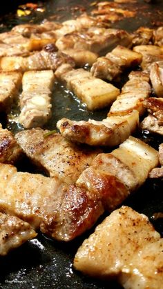 지글지글 삼겹살굽기, Samgyeopsal time Today's cuisine, Samgyeopsal, Korean favorite! Let's grill this yummy meat on the steel plate. Sizzling sound and smell make me crazy ~   오늘의 요리, 한국인이 즐기기는 삼겹살을 구워보아요. 철판위에 삼겹살 세줄, 김치를 올리고 굽는중입니다. 지글지글거리는 소리와 고기굽는 냄새가 일품입니다.   #삼겹살 #samgyeopsal #Koreafood