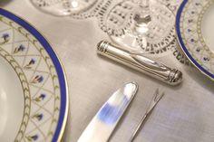 Delicado e em prata esse descanso de talher da Presentes Mickey esteve entre as peças que usamos na montagem de uma mesa de fondue.