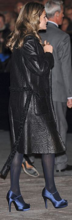 Letizia suele quitarse el abrigo, si lo lleva, antes de entrar en el auditorio, pero aquí lograron captarla a su llegada con él puesto: un modelo de piel vuelta con detalles en astracán.