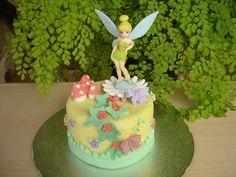 Mini tarta de fondant con personaje de Campanilla    www.monicacupcakes.blogspot.com