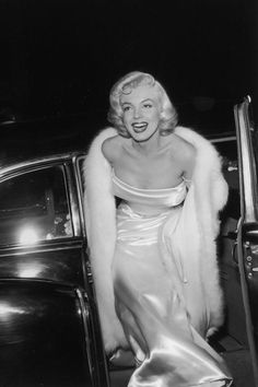 Old Hollywood glamour at its finest. Glamour Hollywoodien, Estilo Glamour, Old Hollywood Glamour, Golden Age Of Hollywood, Vintage Hollywood, Classic Hollywood, Hollywood Fashion, Hollywood Stars, Marilyn Monroe Photos