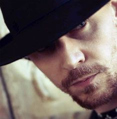 tom hiddleston, romancing the beard