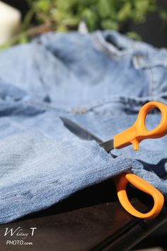 How to make denim yarn out of old jeans. Easy to make, and a great way to reuse all those jeans. Turn them into denim rugs and much more!