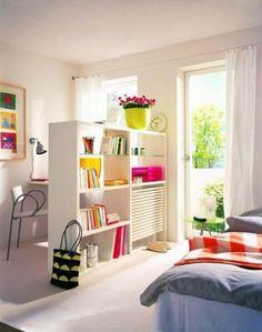 paredes brancas e objetos coloridos