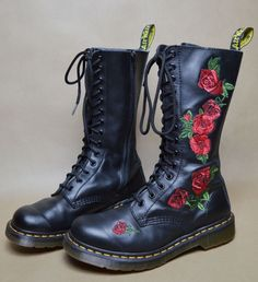 Rose Design on Doc Martens. Sock Shoes, Cute Shoes, Me Too Shoes, Shoe Boots, Shoe Bag, Dr. Martens, Looks Style, My Style, Gothic Boots