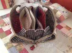 Hola chicas!!!!   Lo primero, felicitaros el año a todas!   Ojalá y hayáis tenido una buena entrada!           Y...qué mejor que comenzar ... Sewing Crafts, Sewing Projects, Japanese Knot Bag, Sewing Case, Japanese Patchwork, Fabric Bags, Tote Purse, Small Bags, Pin Cushions