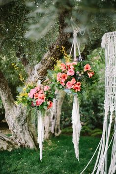 Having an outdoor wedding? Try these gorgeous hanging bouquets for some dreamy decor #bohochic #hangingflowers