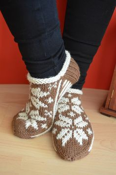 Hennin, Necktie Quilt, Knitted Slippers, Knitting Socks, Knit Socks, Mittens, Needlework, Knitting Patterns, Wool