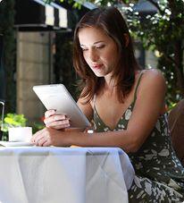 L'apparition des tablettes, des liseuses électroniques et des livres numériques doit être considérée comme la plus récente manifestation des changements des modes de lecture engagés depuis des siècles.