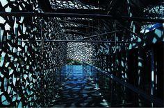 Le MuCEM, c'est la Méditerranée contenue dans un maître-cube. Recouvert par une paroi en verre et une dentelle de béton coloré en bleu ouvert.