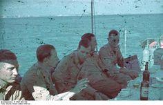 1943, Des hommes de la 6. Räumbootsflottille attablés sur le pont d'un navire  