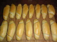 Pravé české rohlíky  Suroviny : voda 260 ml olej 2 lžíce sůl 10 g polohrubá… Bread Recipes, Cooking Recipes, Good Food, Yummy Food, Czech Recipes, Bread And Pastries, International Recipes, Food Design, No Cook Meals