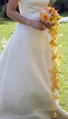 Bouquet da sposa a cascata con rose ortensie e fiori di orchidea arancio.