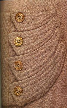 Дневной ансамбль. Жанна Ланвен, 1940-1944. Комплект из жакета и юбки, бежево-розовый шерстяной твид, простеганные карманы с пуговицами.